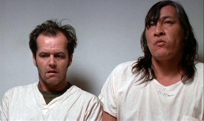 """McMurphy (Jack Nicholson) e Chief Bromden (Will Sampson) in una scena del film """"Qualcuno volò sul nido del cuculo"""" tratto dall'omonimo romanzo di Ken Kesey."""