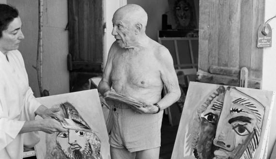 Una foto di Picasso catturata il 18 ottobre 1971nel suo studio a Mougins mostra il pittore che parla con la moglie Jacqueline. La foto è di Ralph Gatti.