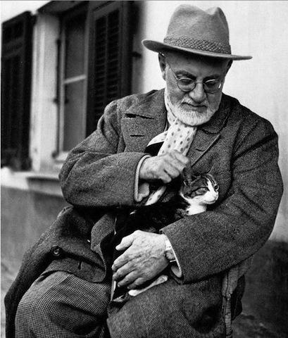 Matisse insieme ad uno dei suoi gatti. L'artista ha sempre mostrato un debole per questi splendidi felini e ne ha eseguito molti ritratti.