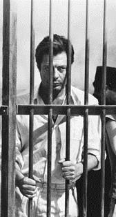 """Marcello Mastroianni in una scena tratta dal film """"Lo straniero"""" di Luchino Visconti."""