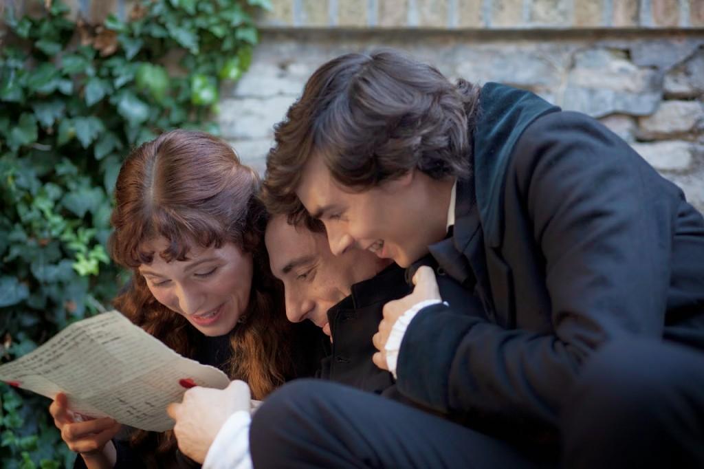 """Una scena del film """"Il giovane favoloso"""" in cui Giacomo Leopardi legge una lettera insieme al fratello Carlo e alla sorella Paolina."""