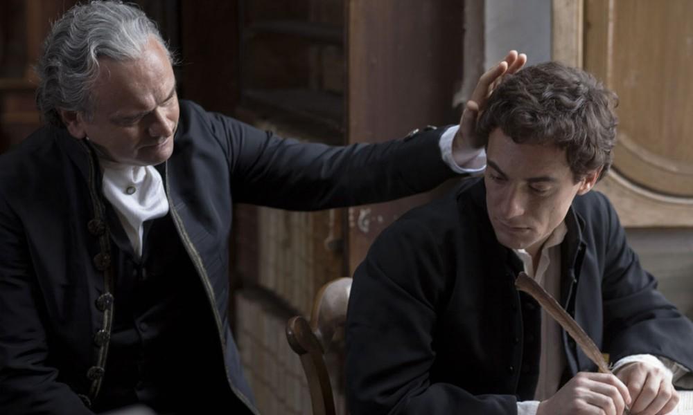 """Il conte Monaldo insieme al figlio Giacomo in una scena del film """"Il giovane favoloso""""."""