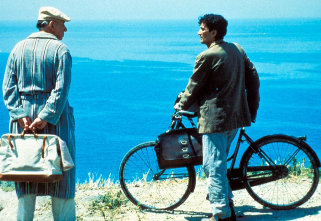 """Una scena del film """"Il postino"""" (1994) in cui Massimo Troisi interpreta un umile portalettere che instaura un'amicizia con il poeta Pablo Neruda durante il suo esilio in Italia."""
