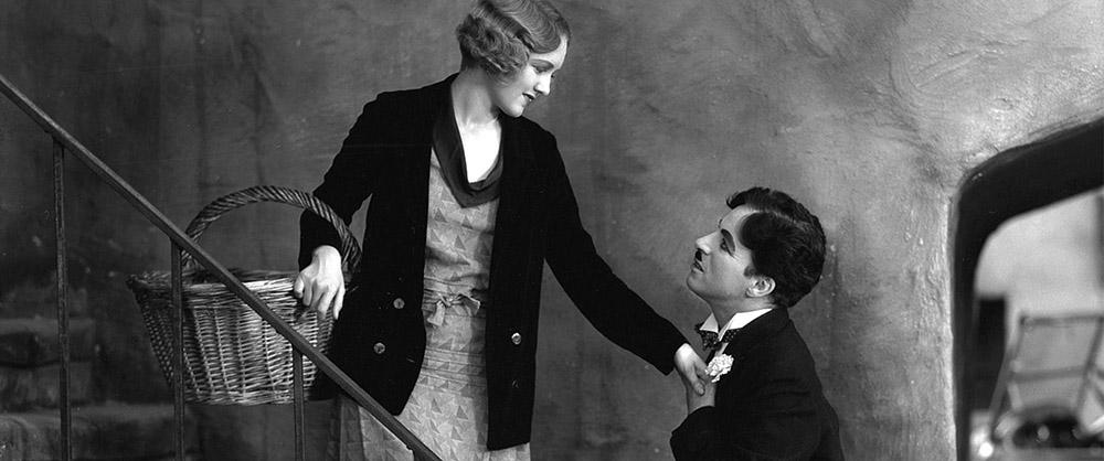 """Una scena del film """"Luci della città"""", in cui accanto a Charlie Chaplin recita Virginia Cherrill"""