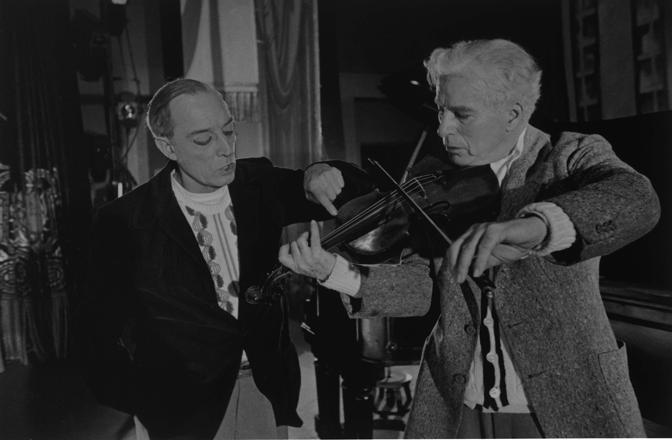 """Buster Keaton e Charlie Chaplin in una scena del film """"Luci della ribalta""""."""
