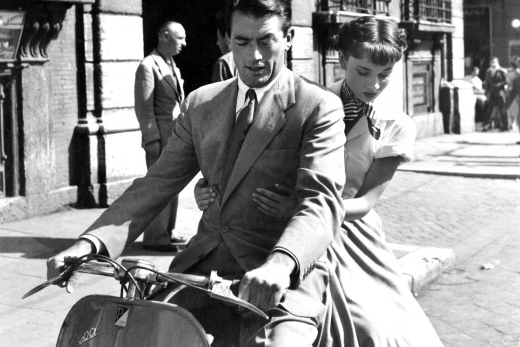"Audrey Hepburn insieme a Gregory Peck in una delle scene del film ""Vacanze romane"", 1953"