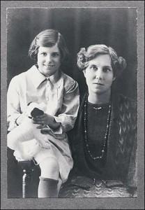 Doris Lessing insieme alla madre.