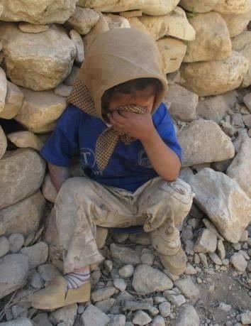 """E – vi preghiamo – quello che succede ogni giorno non trovatelo naturale. Di nulla sia detto: """"è naturale"""" in questi tempi di sanguinoso smarrimento, ordinato disordine, pianificato arbitrio, disumana umanità, così che nulla valga come cosa immutabile. _ Bertolt Brecht _ (Bambina siriana _ Immagine reperita nel web)"""