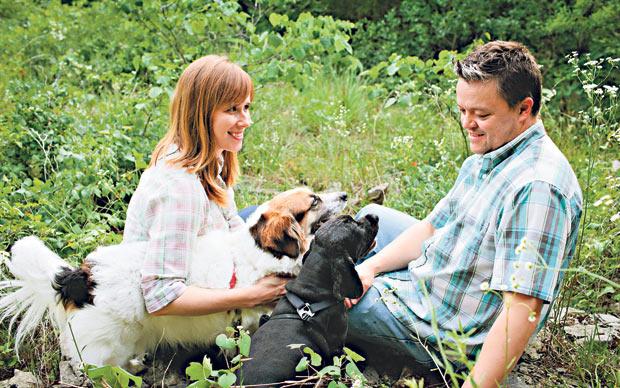 Holly Goddard Jones insieme al marito e ai suoi due cani. (Foto reperita su Telegraph)