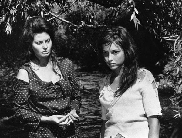 """Una scena del film """"La ciociara"""" diretto da Vittorio De Sica (1960)"""