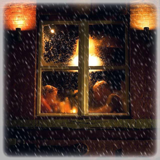 Vorrei che tu venissi da me in una sera d'inverno e, stretti insieme dietro i vetri, guardando la solitudine delle strade buie e gelate, ricordassimo gli inverni delle favole, dove si visse insieme senza saperlo. Dino Buzzati Immagine reperita nel web