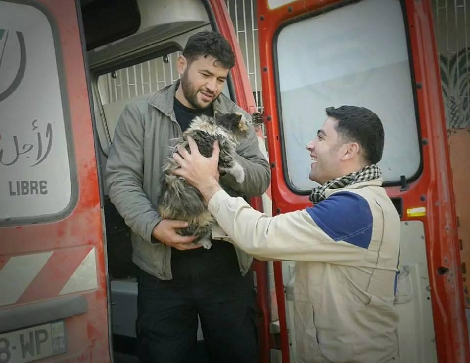 Mohammad Alaa Aljaleel insieme ad un altro volontario.