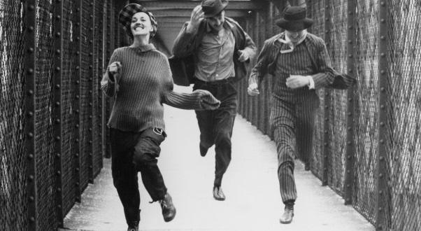 """Jeanne Moreau, Henri Serre e Oskar Werner nello struggente film del triangolo amoroso """"Jules e Jim"""", 1962."""