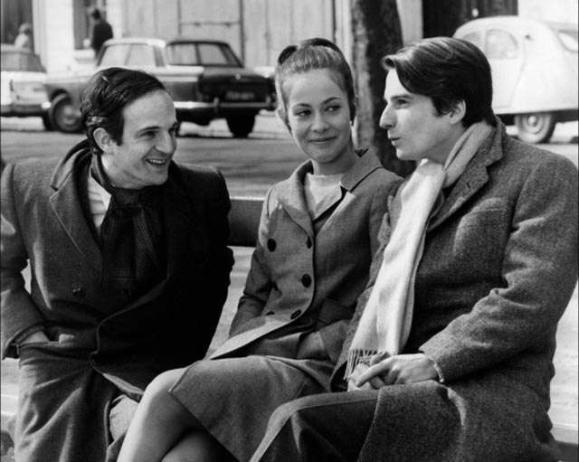 """Truffaut insieme a Claude Jade e Jean-Pierre Léaud sul set del film """"Baci rubati"""" (1968)."""