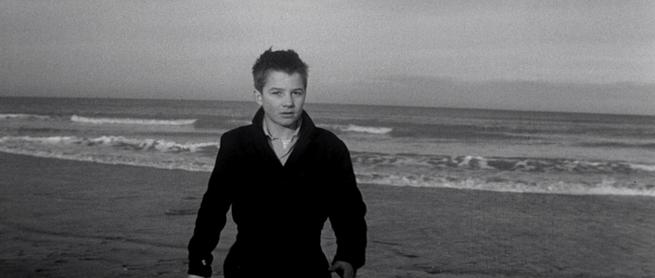 """La scena in cui il protagonista del film """"I quattrocento colpi"""" volge il suo sguardo verso gli spettatori."""
