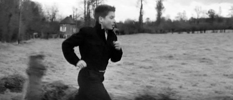 """Una scena del film """"I quattrocento colpi"""" che vede protagonista Jean-Pierre Léaud nei panni del preadolescente problematico Antoine Doinel."""