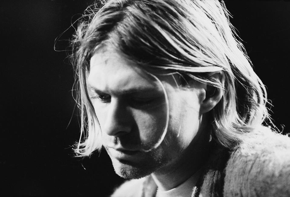 «Mi conservo appositamente naïf e sto alla larga dalle informazioni di questa terra perché è l'unico modo di evitare un atteggiamento cinico. Tutto quello che faccio è profondamente inconscio perché non è possibile razionalizzare la spiritualità. Non meritiamo questo privilegio. Non so parlare. So solo sentire». _ Kurt Cobain _ Immagine reperita nel web. Il 5 aprile del 1994 si suicidò, ad appena ventisette anni, Kurt Cobain, noto cantautore e chitarrista dei Nirvana.