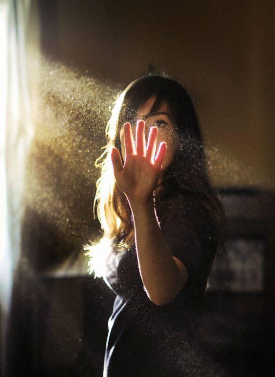 Dentro un raggio di sole che entra dalla finestra, talvolta vediamo la vita nell'aria e la chiamiamo polvere. _ Stefano Benni _ Immagine reperita nel web