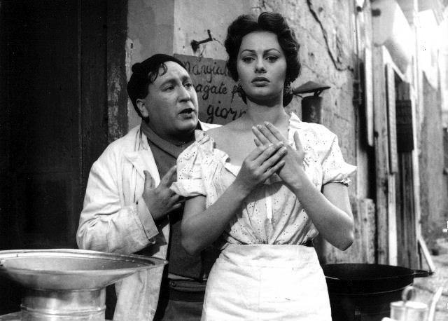 """Una scena del film """"L'oro di Napoli"""" di Vittorio De Sica con Sophia Loren."""
