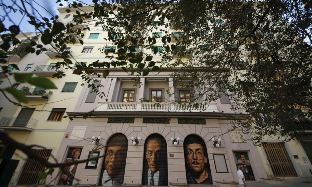 Il teatro San Ferdinando di Napoli con alcuni graffiti dedicati a Eduardo De Filippo.