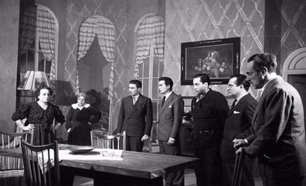 """La """"Compagnia Teatro di Eduardo"""" in Filumena Marturano. Tra gli interpreti Eduardo e Titina De Filippo."""