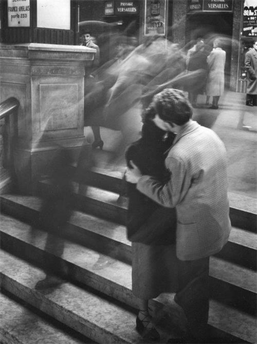 """E adesso che ti amo sono felice, così felice che qualsiasi cosa può aspettare domani. _ Alda Merini _ """"Baiser Passage Versailles"""", Robert Doisneau"""