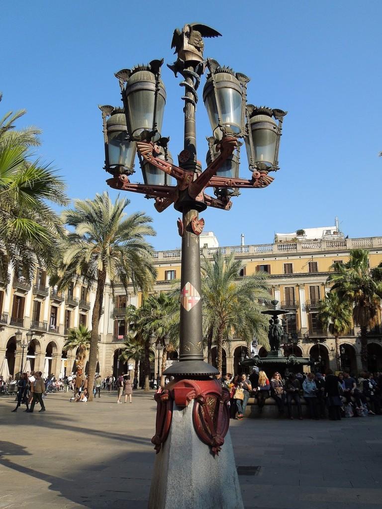 Uno dei lampioni realizzati da Gaudì per la Plaça Reial.