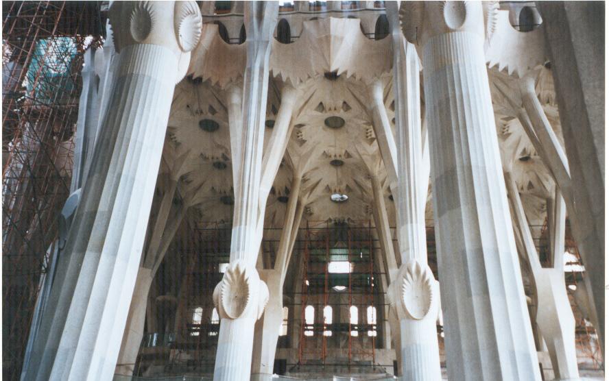 """Interno della """"Sagrada Familia""""."""