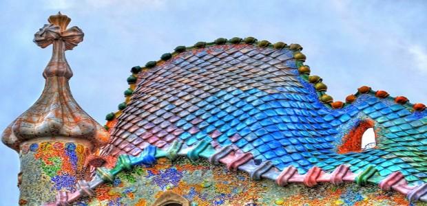 Il tetto di Casa Batlló ricorda il dorso squamoso di un rettile.