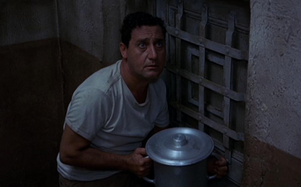 """Una scena del film """"Detenuto in attesa di giudizio"""" (1971) di Nanni Loy ."""
