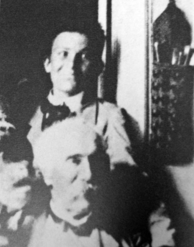 Amedeo Modigliani alle spalle di Giovanni Fattori, esponente di rilievo della Scuola dei Macchiaioli. La foto risale al 1898.