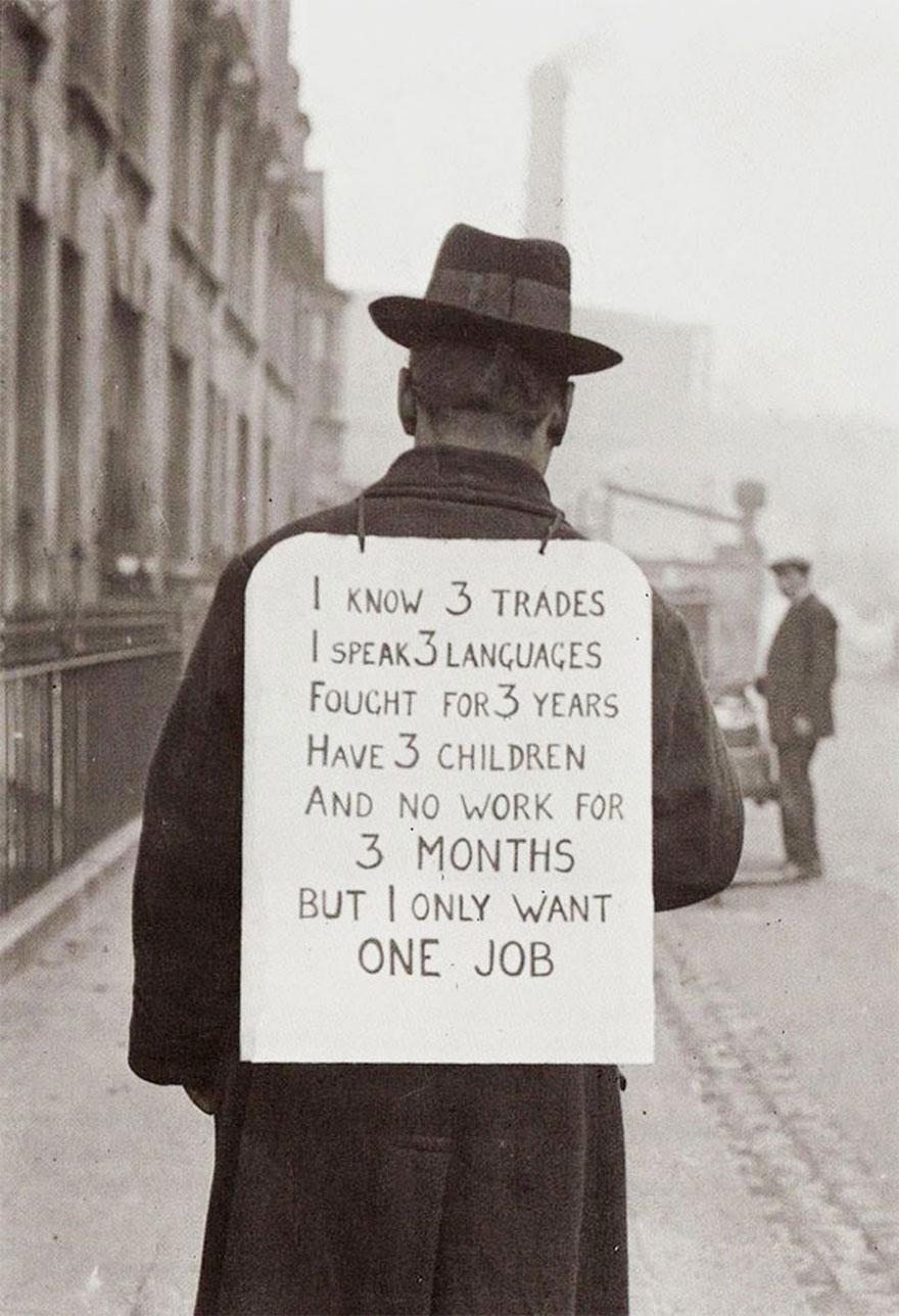 """Disoccupato nel 1930. Il cartello dietro le spalle recita: Conosco tre mestieri. Parlo tre lingue. Ho combattuto per tre anni. Ho tre figli e nessun lavoro per tre mesi. Ma io voglio solo un lavoro."""" rarehistoricalphotos"""