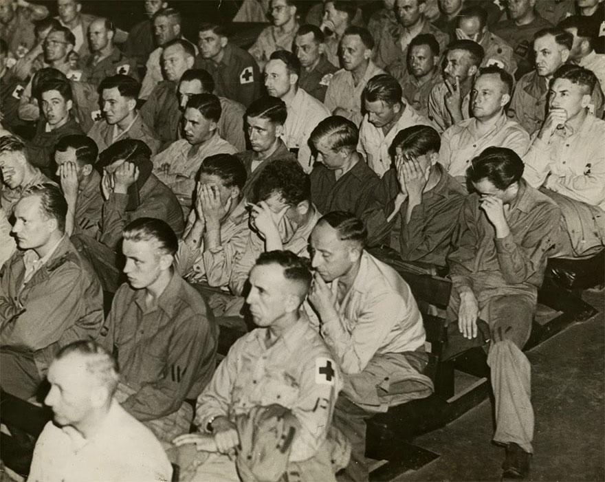La reazione di alcuni soldati tedeschi alla visione di filmati sui campi di concentramento, 1945. rarehistoricalphotos