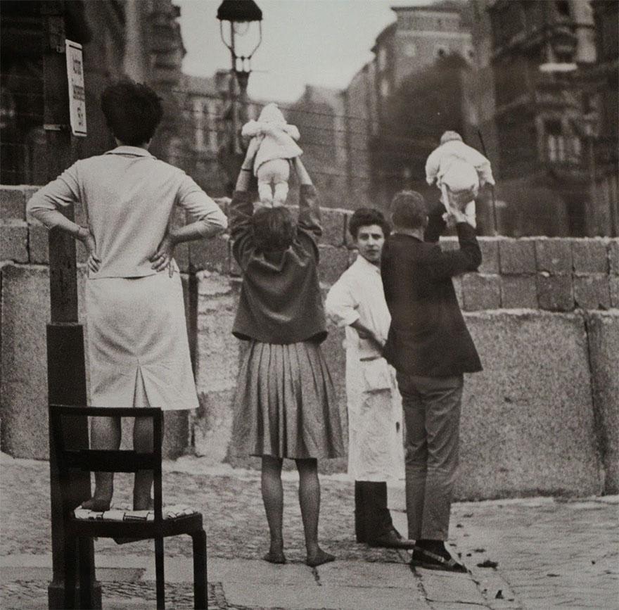 Residenti a Berlino Ovest mostrano i figli ai loro nonni che vivono nella Berlino Est. rarehistoricalphotos