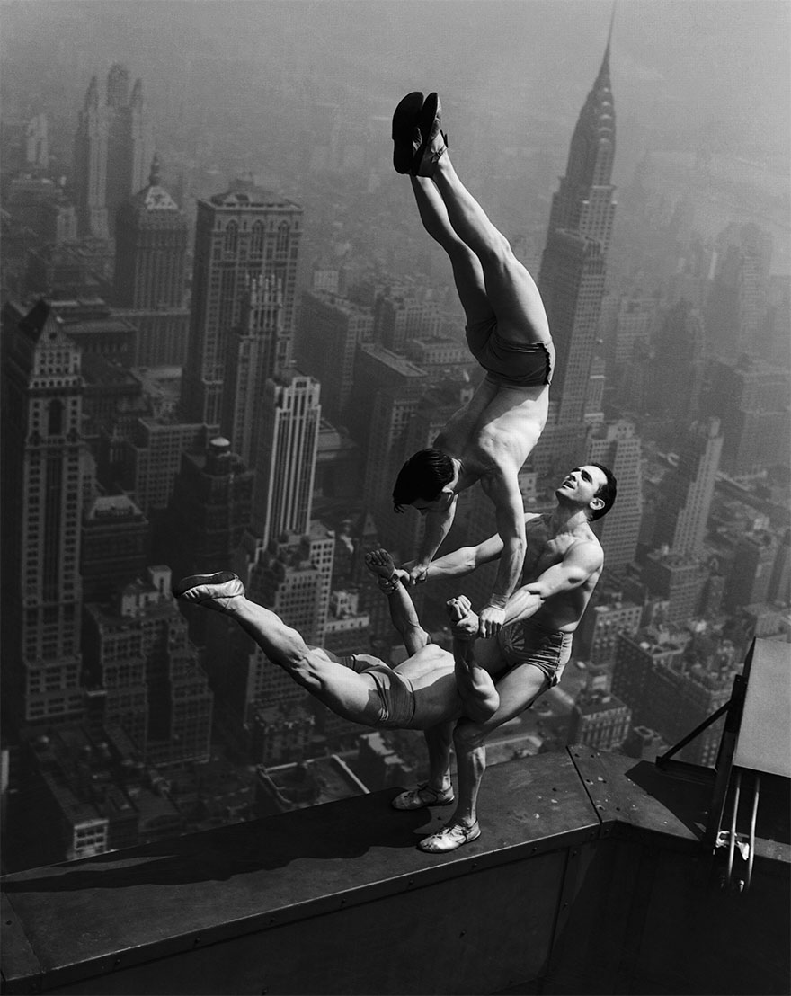 Acrobati in equilibrio sulla cima dell'Empire State Building, 1934. Bettmann / Corbis archives.