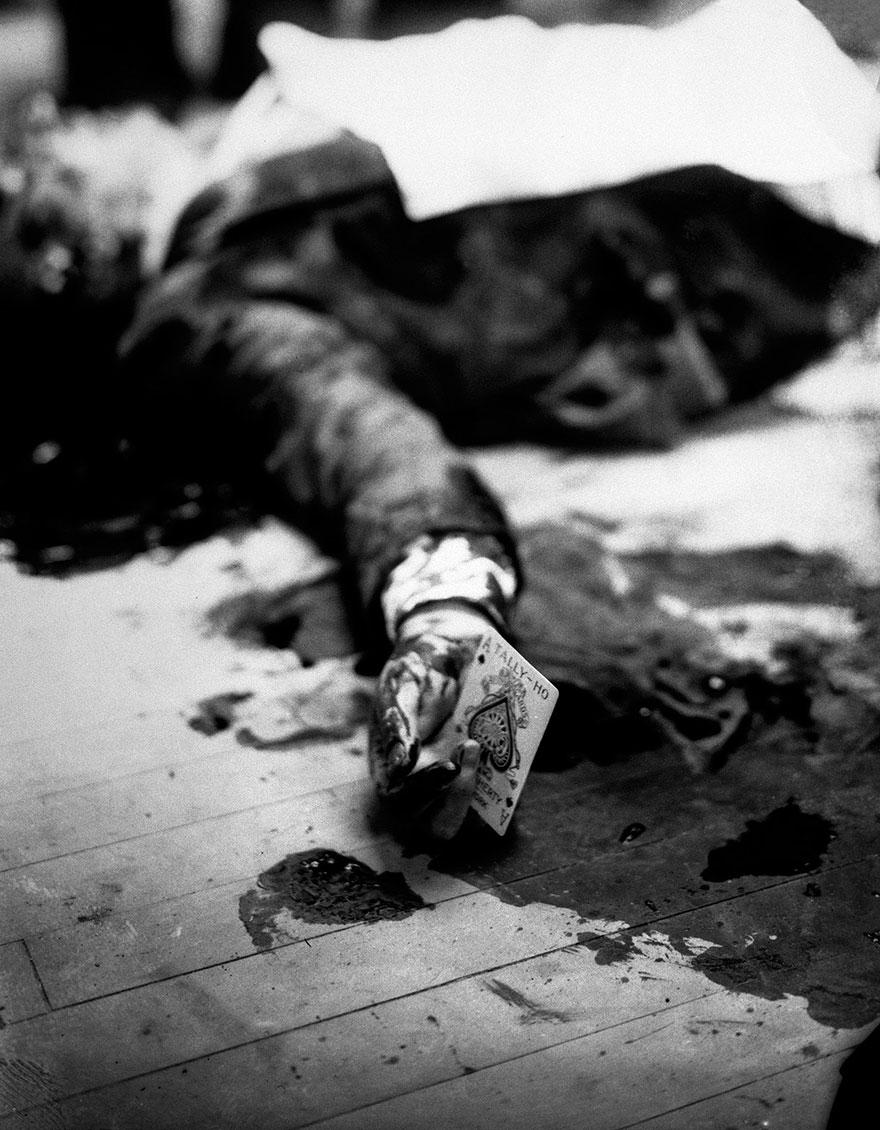 Il boss mafioso Joe Masseria giace a terra colpito mortalmente in un ristorante di Brooklyn con in mano una carta con l'asso di spade.