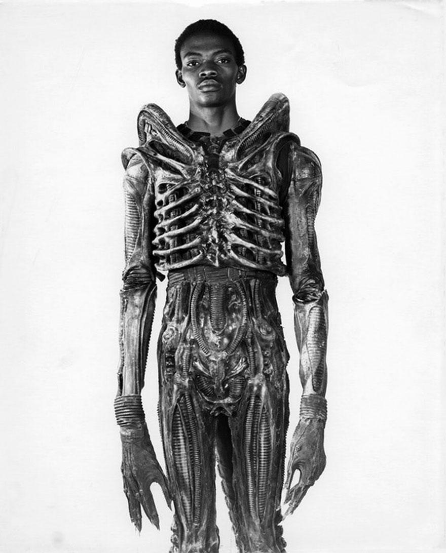 """Bolaji Badejo, attore e studente nigeriano di design alto più di due metri, indossa il suo costume per il thriller """"Alien"""", film ormai diventato un cult. 1978."""