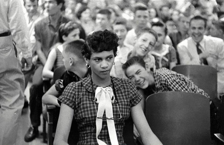 Dorothy Counts, la prima ragazza nera che ha frequentato una scuola solo per bianchi. Stati Uniti, 1957. Foto di Don Sturkey.