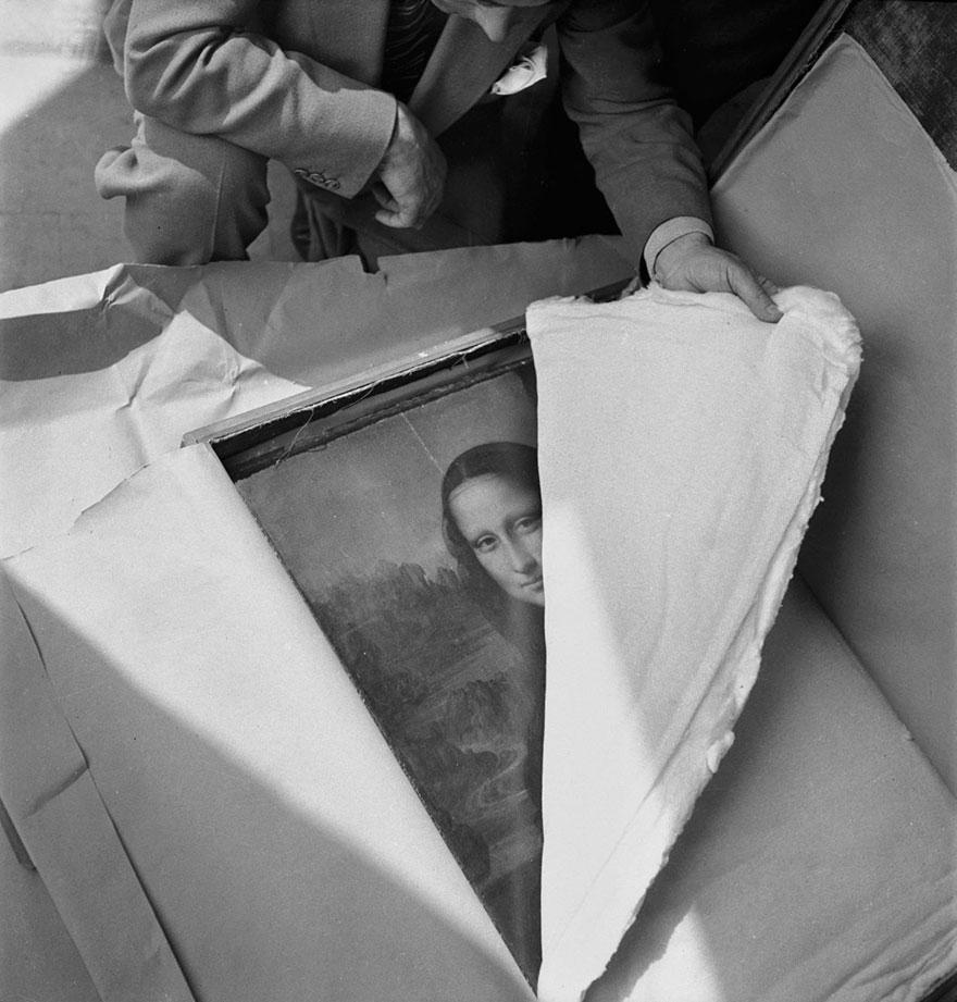 """Il dipinto """"Monna Lisa"""" di Leonardo da Vinci viene restituito al Louvre dopo la Seconda Guerra Mondiale. Foto di Pierre Jahan."""