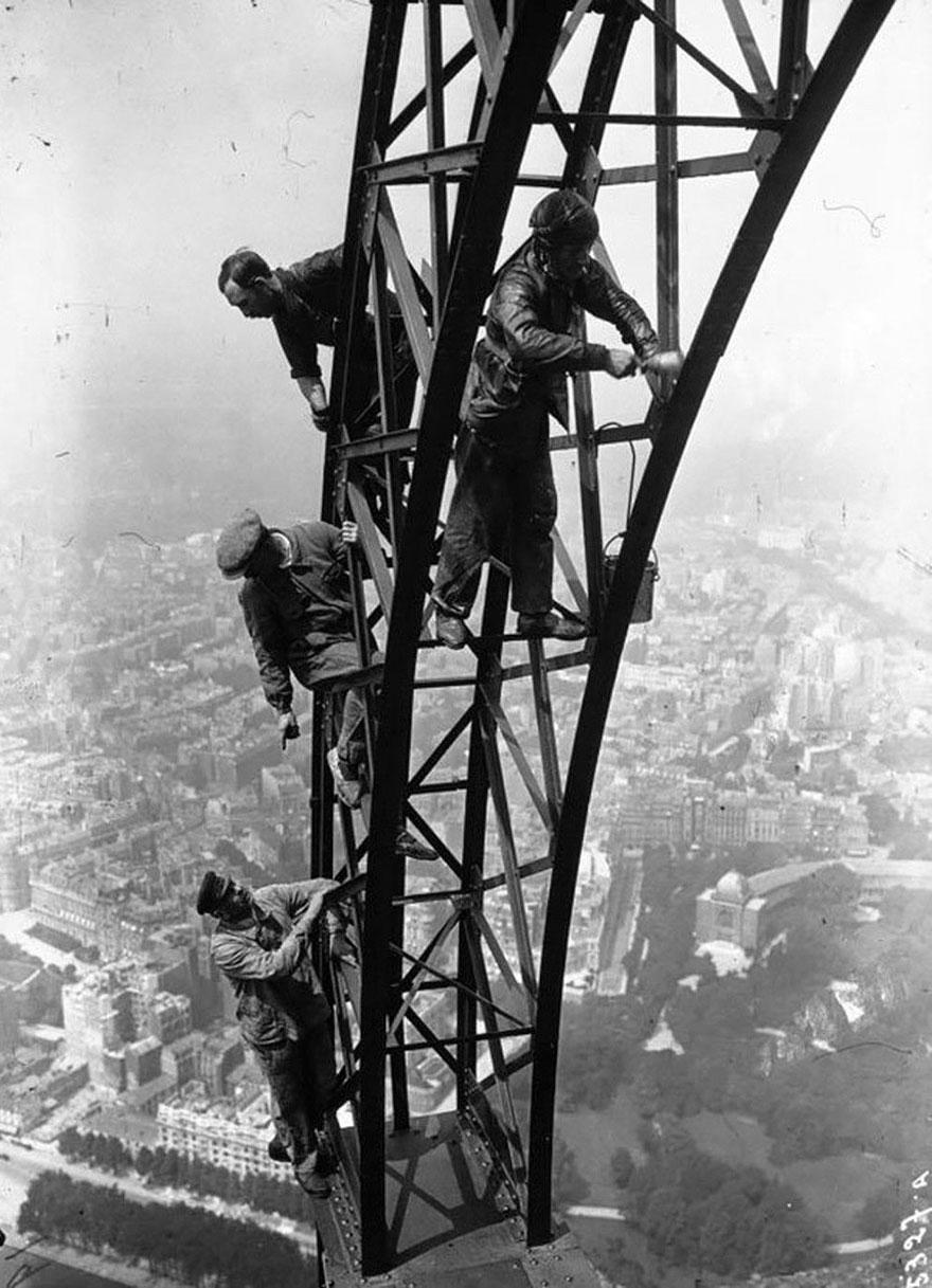 Uomini che dipingono la Torre Eiffel, 1932.