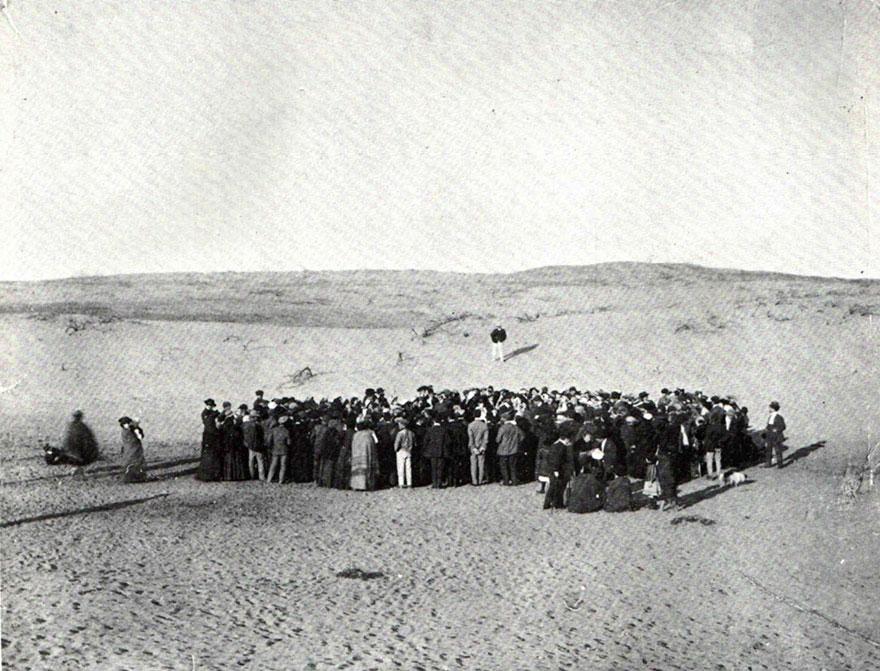 Un centinaio di persone partecipa ad una lotteria per dividere un lotto di 48562,3 metri quadrati di dune su cui, con il tempo, è stata costruita la città di Tel Aviv, 1909.