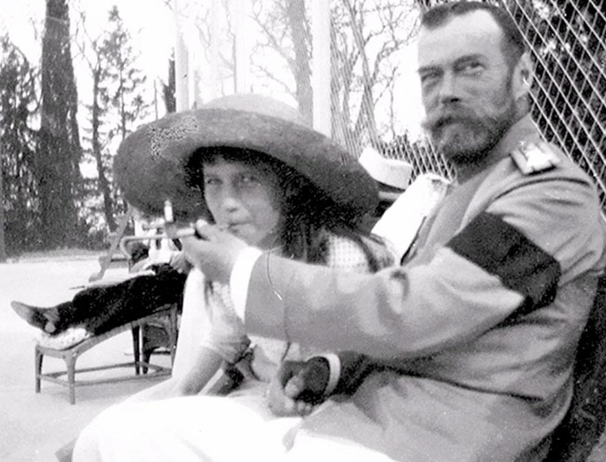 Lo zar Nicola II consente alla propria figlia, la granduchessa Anastasia, di fumare.