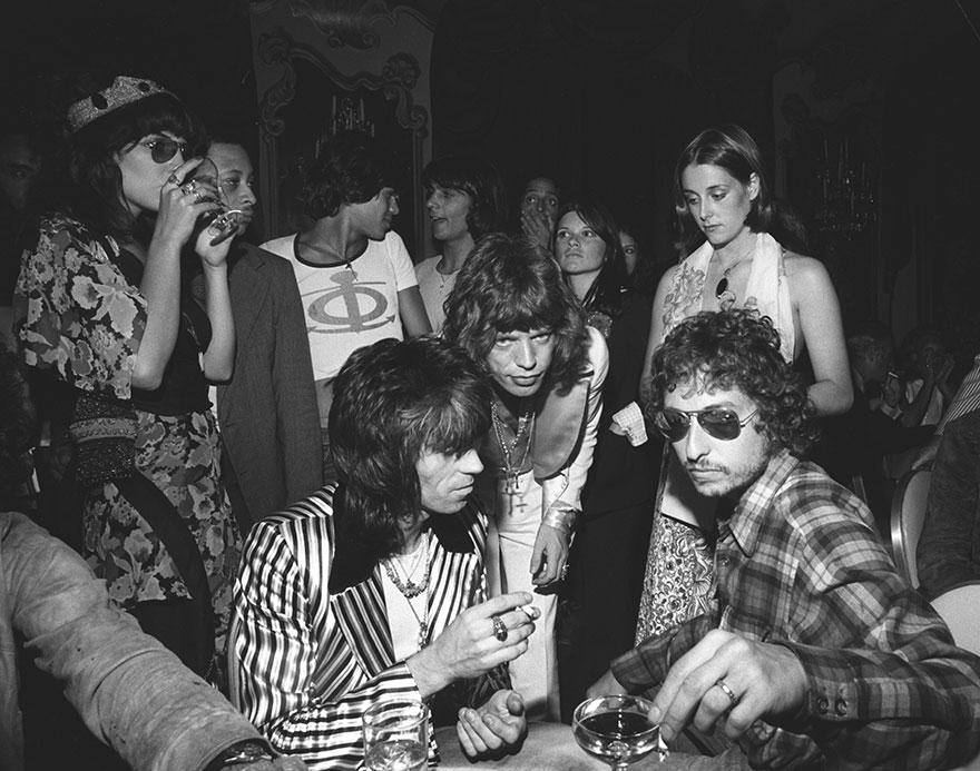 Bob Dylan con Mick Jagger e Keith Richards alla ventinovesima festa di compleanno di Jagger. Luglio 1972. Getty Images