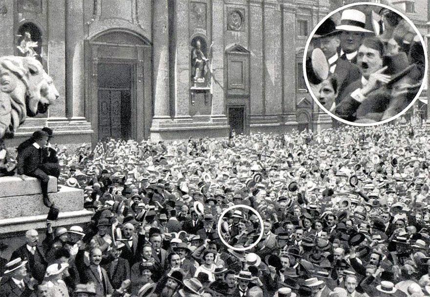 Un giovane Hitler esulta per l'inizio della Prima Guerra Mondiale, 1914. rarehistoricalphotos