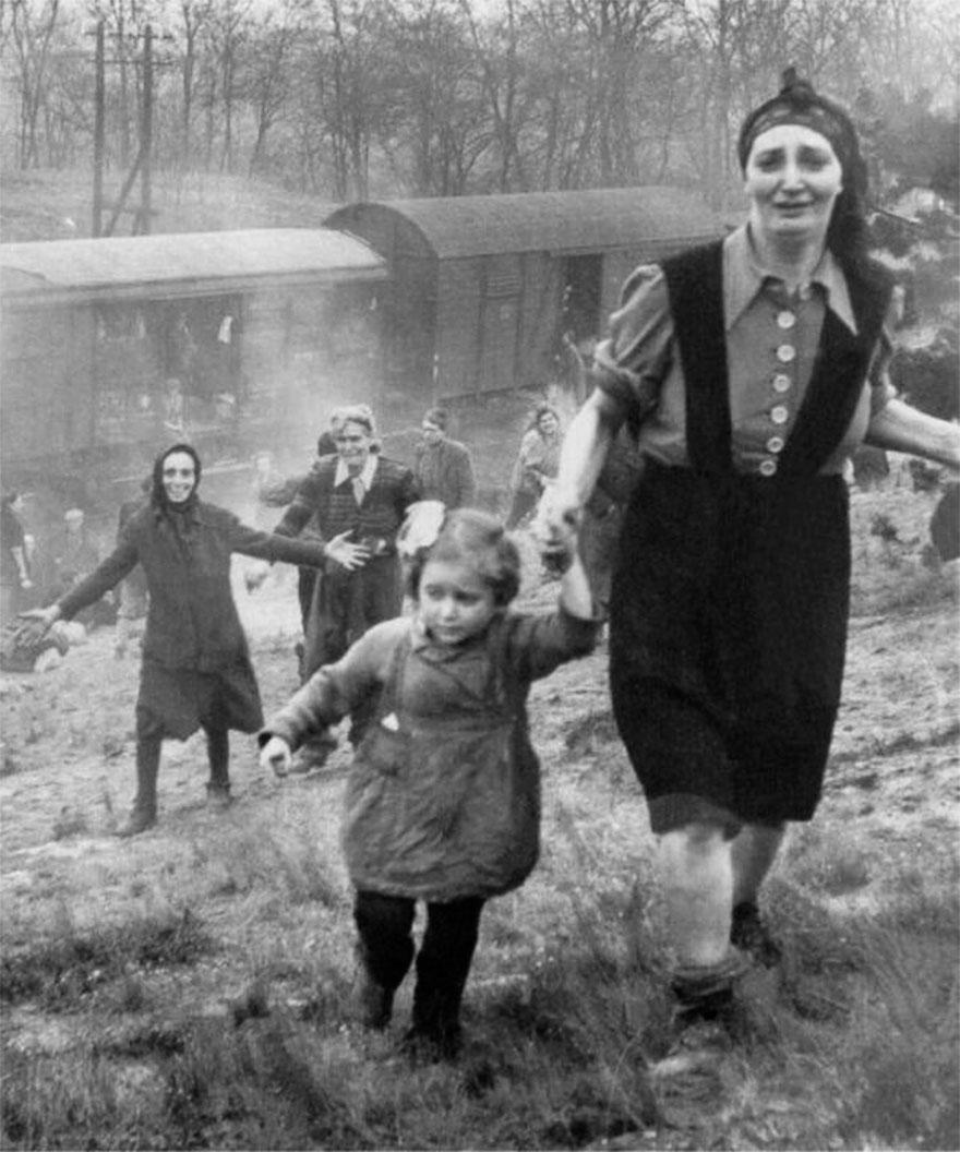 """Prigionieri ebrei dopo la liberazione da un """"treno della morte"""". 1945"""