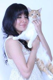 Yasmine Surovec con uno dei suoi gatti.