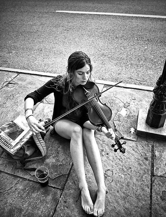 """Chiudo gli occhi. Respiro profondamente. Sono dove voglio. Sono ciò che voglio. E il resto è niente, il resto è fuori, il resto accade, ma non a me. Io sono altrove. _ Angelo De Pascalis_ """"The Violinist"""", foto di Steve Febbraro."""