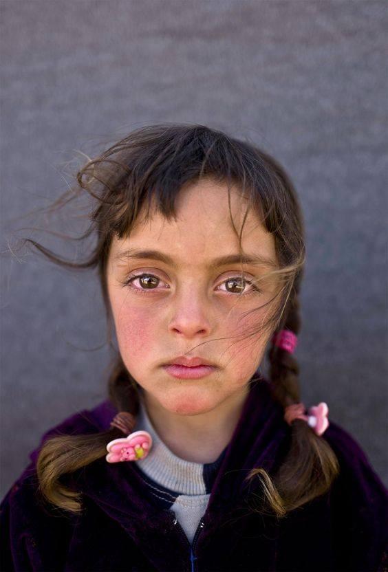 Quelli che hanno sofferto di più, spesso parlano con reticenza, del momento in cui il dolore e la morte, hanno smesso di dominarli, ed è sopraggiunta la quiete.... Tutti quanti custodiscono quel silenzio vivente, quella sorgente di pace, al centro del loro essere. _ Pam Brown_ National Geographic, Picture of a Syrian refugee girl.