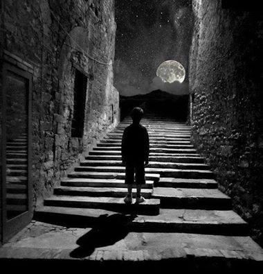 Corrono i sogni, nei prati della notte, come bambini in cerca della luna. ©Riflessi d'acqua Immagine reperita nel web.