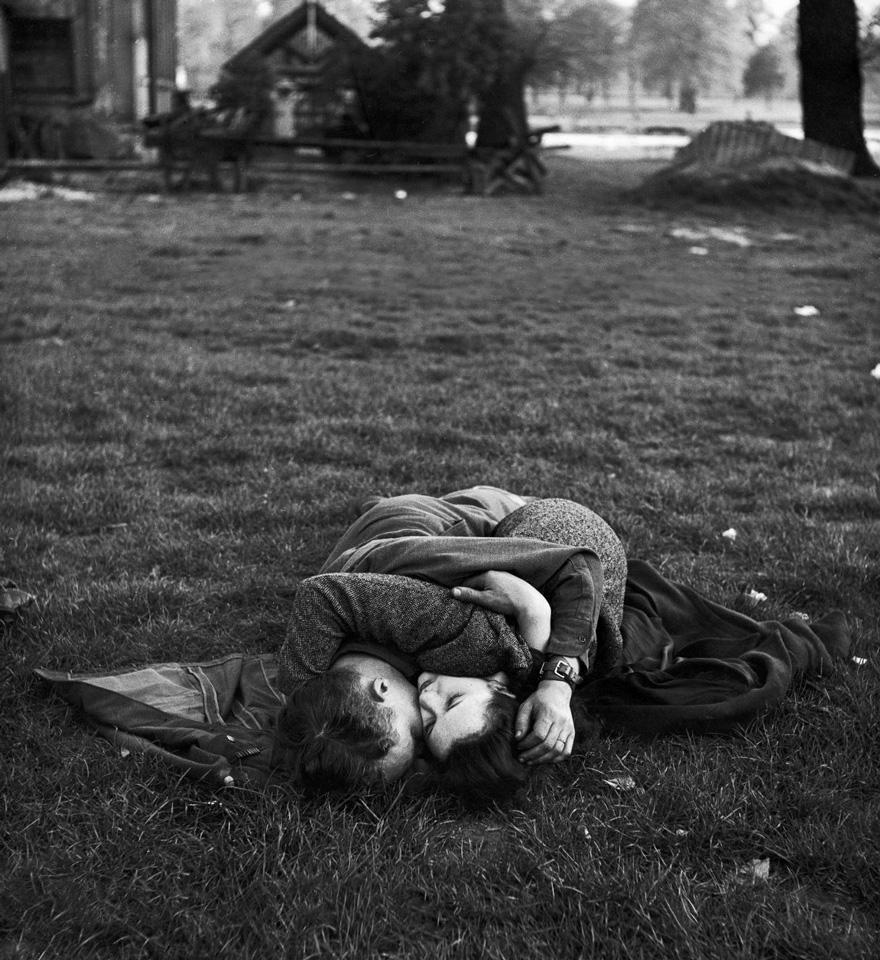 Un soldato americano bacia la sua fidanzata inglese. Hyde Park, 1945. Autore sconosciuto.